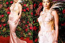 Dostojna Rita Ora pozuje fotografom w pierzastej sukience