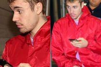 Przemęczony Justin Bieber wytacza się z mieszkania Hailey Baldwin w czerwonej wiatrówce