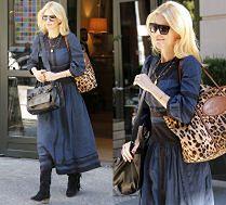 Obładowana Claudia Schiffer w skromnej sukience