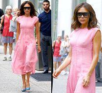 Wiecznie młoda Victoria Beckham w różowej sukience własnego projektu