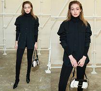 Poważna Gigi Hadid w czarnej stylizacji chwali się torebką Prady za 12 tysięcy