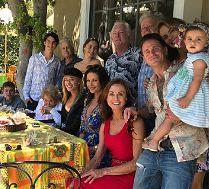 Kirk Douglas na nowym zdjęciu z rodziną. Cztery pokolenia Douglasów na jednej fotografii! (FOTO)