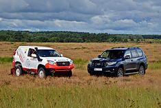 Po prawej seryjna Toyota Land Cruiser, a po lewej jej rajdowy odpowiednik w klasie T2.
