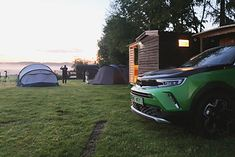 Opel Mokka-e podczas ładowania na kempingu