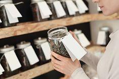 Kobieta w sklepie z herbatami