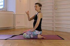 Ewa Kula demonstruje jedno z ćwiczeń mięśni dna miednicy