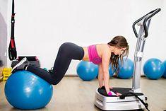 Kobieta wykonująca ćwiczenia na platformie wibracyjnej