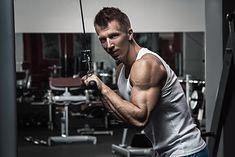 Prostowanie ramion na wyciągu to ćwiczenie angażujące tricepsy
