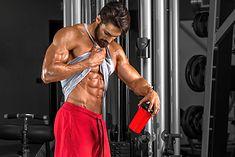 Kulturysta z wyrzeźbionymi mięśniami brzucha