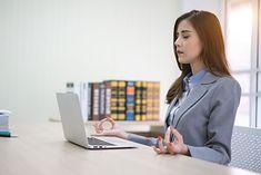 Kobieta uprawiająca trening mindfulness (zdjęcie ilustracyjne)