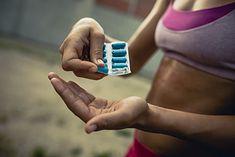 Kobieta sięgająca po suplementy (zdjęcie ilustracyjne)