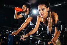Pracę nad kondycją warto rozpocząć od treningu cardio, np. na rowerku stacjonarnym
