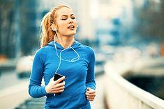 Na zdjęciu: biegaczka słuchająca muzyki