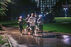Podczas biegania zimą warto wyposażyć się w niezbędne akcesoria - m.in. czołówki, odblaski