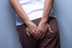 Kobieta uskarżająca się na ból kości ogonowej (zdjęcie ilustracyjne)