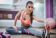 Kobieta ćwicząca w staniku sportowym