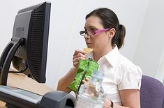 Kobieta podjadająca chipsy (zdjęcie ilustracyjne)
