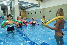 Kobiety ćwiczą z makaronami