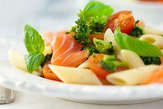 Na zdjęciu: sałatka makaronowa z łososiem i pomidorami