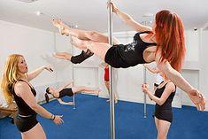 Kobiety ćwiczące pole dance, czyli taniec na rurze