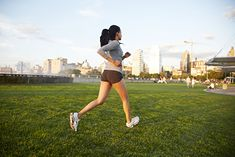 Na zdjęciu: kobieta biegająca w parku
