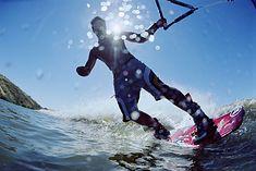 Mężczyzna uprawiający wakeboard