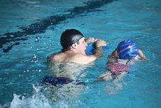 Deska do pływania to sprzęt często używany na basenie