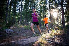 Kobieta i mężczyzna biegający w lesie