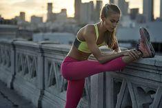 Biegaczka wykonująca stretching statyczny