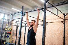 Zwis na drążku to ćwiczenie, które bardzo dobrze wpływa na kręgosłup