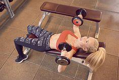 Kobieta wykonująca ćwiczenia na ławeczce (zdjęcie ilustracyjne)