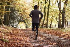 Mężczyzna biegający w parku