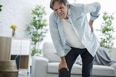 Mężczyzna narzekający na bóle kręgosłupa