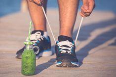 Mężczyzna wiążący buty przed porannym bieganiem