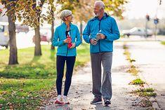 Para seniorów na spacerze