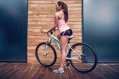 Na zdjęciu: dziewczyna na rowerze