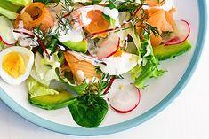 Fit sałatka z jajkami i wędzonym łososiem