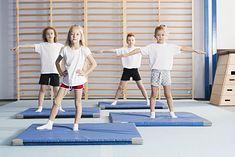 Dzieci ćwiczące na sali gimnastycznej