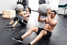Para ćwicząca z piłkami lekarskimi