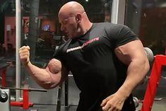 Robert Burneika prezentuje biceps po wykonanym ćwiczeniu