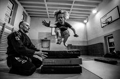 Materiał Pawła Jędrusika Ju-Jitsu 21 opowiada o szkole sztuk walki, założonej przez dwóch trenerów: Sławomira Kowalczyka i Huberta Gędłka. To wyjątkowa inicjatywa, ponieważ uczyły się tam dzieci z zespołem Downa. Niestety szkoła już nie istnieje, ale Pawłowi udało się zrobić poruszający materiał na temat całej inicjatywy.