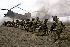 Oddział rangersów podczas ćwiczeń. Żołnierze US Army Rangers zostali wyznaczeni do zabezpieczenia miejsca lądowania podczas operacji Orli Szpon