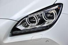Zdjęcie reflektora samochodowego pochodzi z serwisu Shutterstock