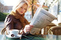 Zdjęcie kobiety z gazetą pochodzi z serwisu Shutterstock