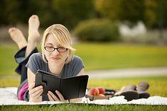 Zdjęcie czytającej kobiety pochodzi z serwisu shutterstock.com