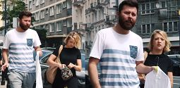 Gessler eskortuje męża z brudną koszulą do pralni