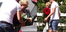Racewicz z bukietem róż randkuje z ukochanym