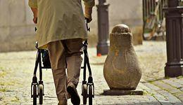 Polski emeryt coraz szybciej będzie się zadłużał. Brakuje pieniędzy na leki i rehabilitację