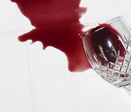 Plamy wina, wosku i tłuszczu - jak i czym czyścić najczęstsze zabrudzenia świątecznych obrusów