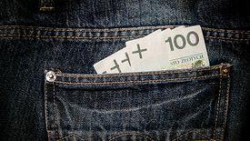 Polacy trzymają w gotówce ok. 200 mld zł. Na kontach – 500 mld zł. Łącznie suma naszych oszczędności to 1 bln zł